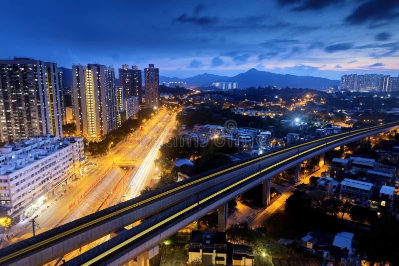 Rumore metallico lungo, città urbana di Hong Kong alla notte fotografia stock libera da diritti