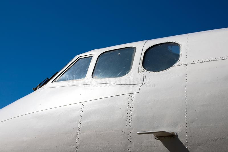 Rumpfcockpit Teil der Flugzeuge Die Nase der Flugzeuge gegen den blauen Himmel stockbilder