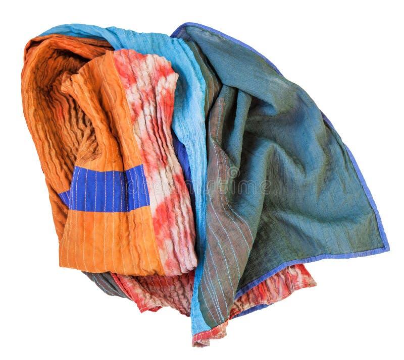 Rumpled cosió la bufanda del batik y pintó la seda imágenes de archivo libres de regalías