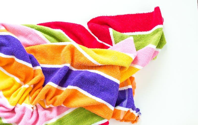 Rumpled ha barrato l'asciugamano di spiaggia isolato su bianco fotografia stock libera da diritti