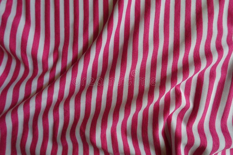 Rumpled rayó la tela en rosa y blanco imagen de archivo