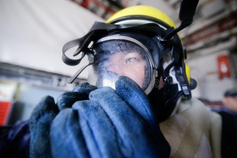 Rumuński mężczyzna używa strażak maskę fotografia royalty free