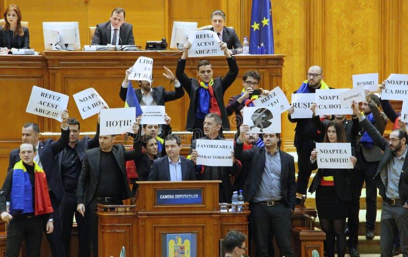 Rumuński parlament - protestacyjni agains dekret nowelizuje Cri fotografia stock