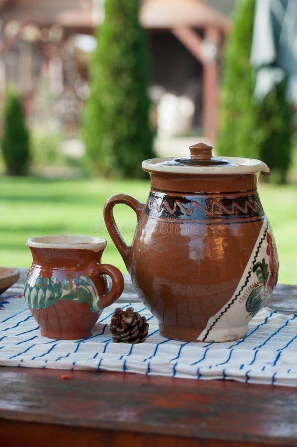 Rumuński tradycyjny ceramiczny miotacz i filiżanka zdjęcia stock