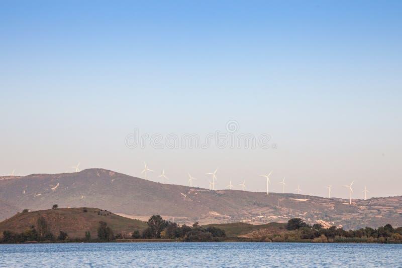 Rumuński Wiatrowy gospodarstwo rolne z silnikami wiatrowymi i wiatraczkami stawia czoło Danube rzekę w Żelaznych bramach dolinnyc obraz royalty free
