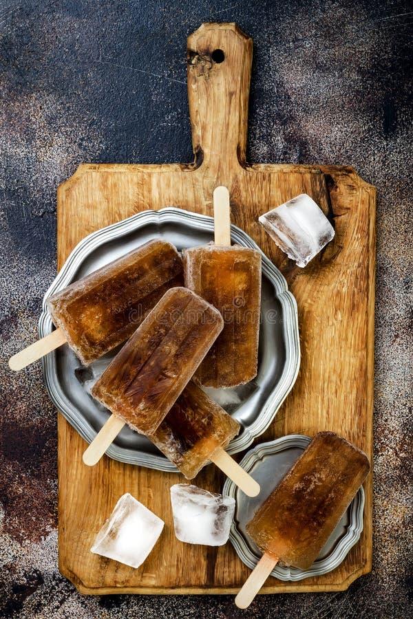 Rumu i koli koktajlu popsicles z wapno sokiem Kuba libre domowej roboty marznący alkoholiczni paletas - lód strzela Koszt stały,  obraz royalty free