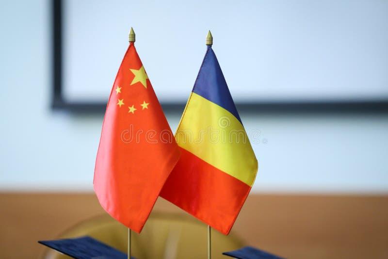 Rumunia i Chiny flagi jeden obok inny na stole Rumunia dwustronni stosunki zdjęcie stock