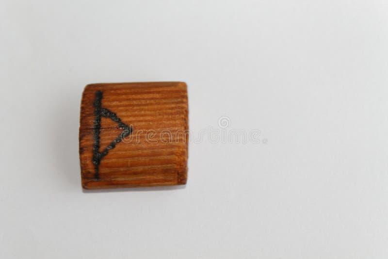 Runa de madeira que significa o Thor do deus, gigante, mentira em uma tabela em um fundo branco fotografia de stock royalty free