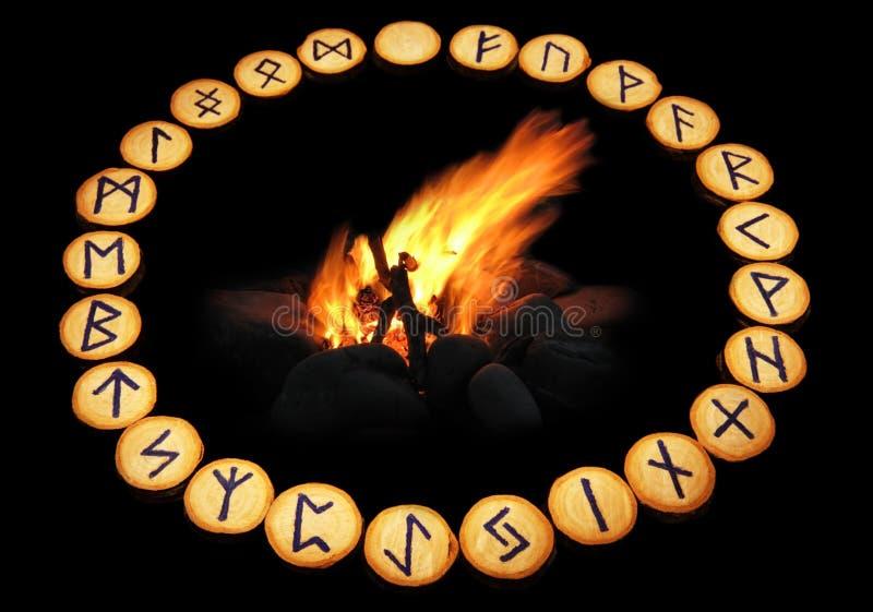 Runas alrededor del fuego en fondo negro imagen de archivo libre de regalías