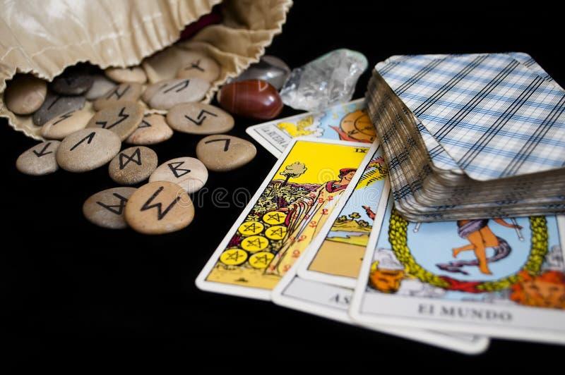 Runas y cartas de tarot imagen de archivo libre de regalías