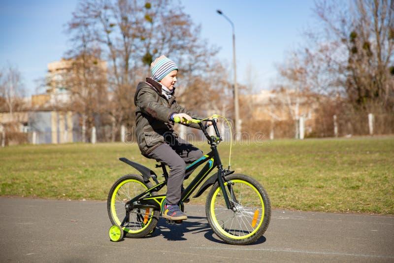 Runbike катания мальчика, предыдущий спорт Ребенок учит ехать велосипед стоковое фото rf
