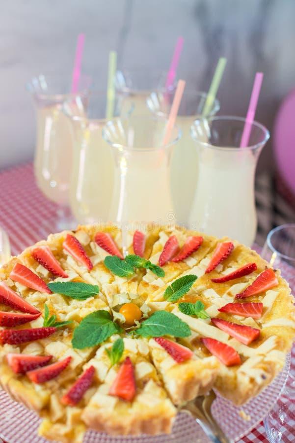 Rund äppelpaj för helhet som dekoreras med jordgubben på en glass ställning royaltyfria bilder