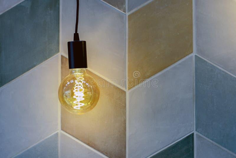 Rund elektrisk lampa med mörkt exponeringsglas i den gamla stilen arkivfoto