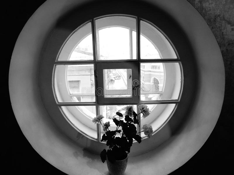 Rund fönstersvart & vit arkivfoto