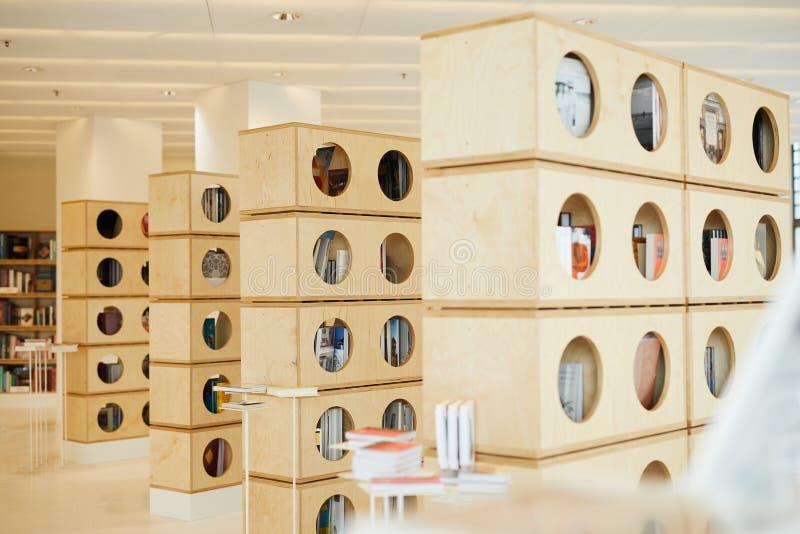 Rund-förmige Löcher in den Bücherregalen lizenzfreies stockfoto