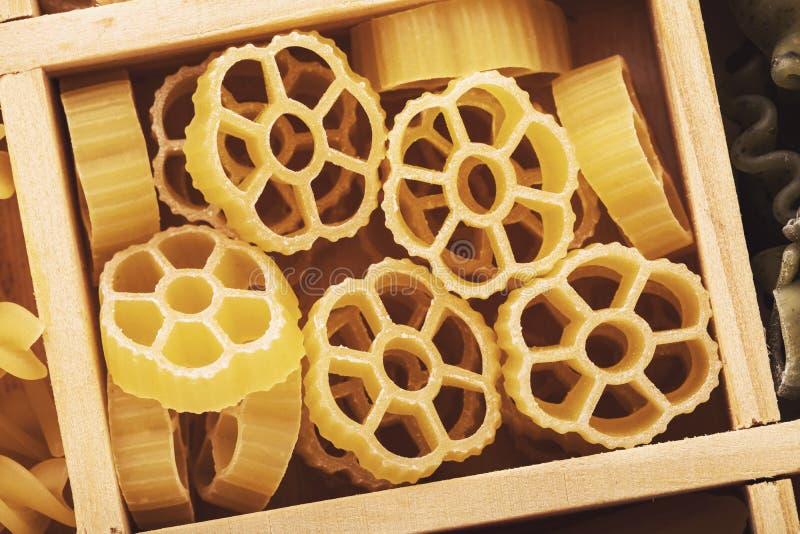 Rund form för pasta i en träask royaltyfria bilder