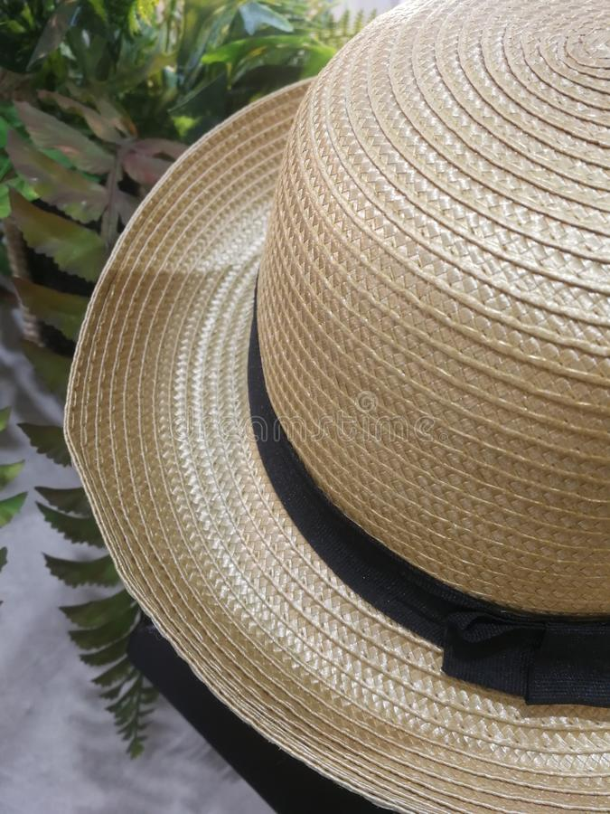 Rund-geströmter Hut Spinnende Weidenhüte handwerke lizenzfreies stockbild