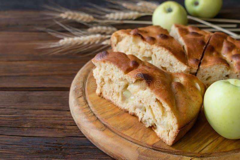 Rund hemlagad äppelpaj, skomakare, bruna Betty, Apple Charlotte royaltyfri fotografi