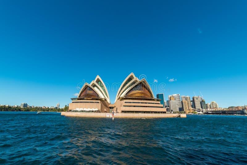 Rund kaj med Sydney Opera House och Sydney CBD på solig dag royaltyfri fotografi