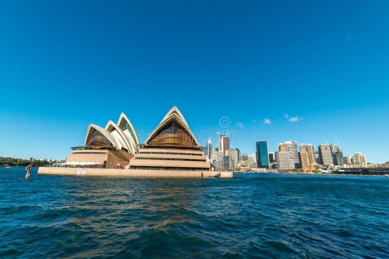 Rund kaj med Sydney Opera House och Sydney CBD p? solig dag royaltyfri fotografi