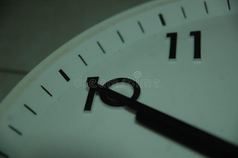 Rund klocka för klassisk svart vägg med runda punkter arkivfoton