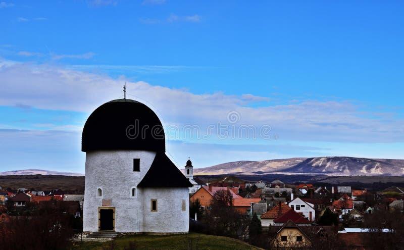 Rund kyrka av Ã-skà ¼, Ungern arkivbild