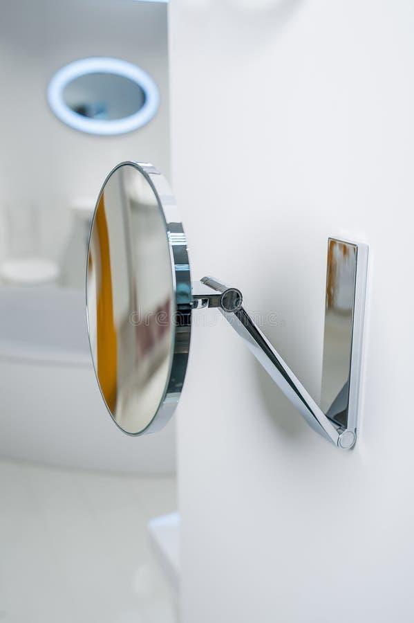 Rund liten spegel i badrummet royaltyfria bilder