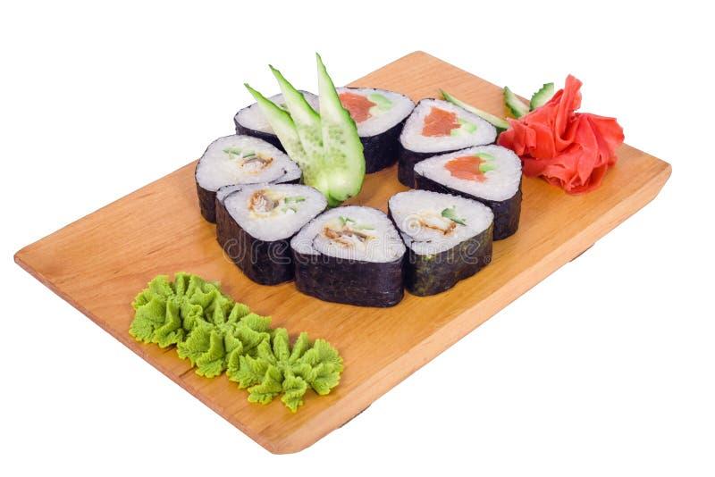 Rund sammansättning av sushi på ett träbräde arkivbild