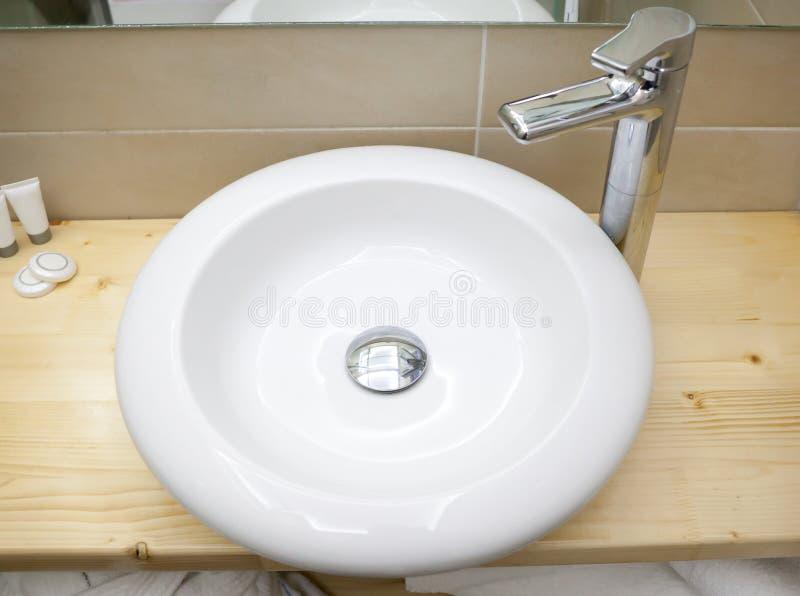 Rund vit vask i modernt badrum arkivbilder