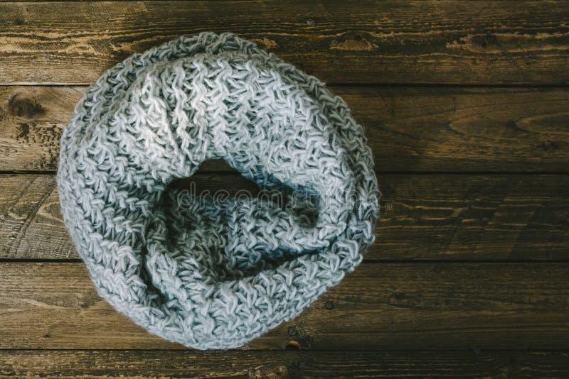 Rund wärmen Sie gestrickten Schal lizenzfreies stockbild