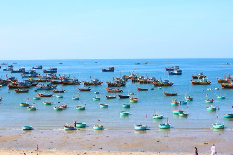 Runda blåa fiskebåtar i den frilufts- fjärden royaltyfri foto