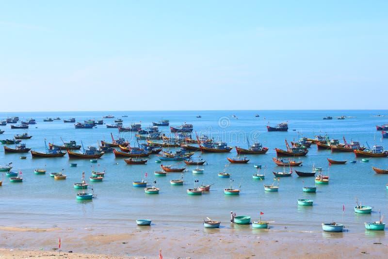 Runda blåa fiskebåtar i den frilufts- fjärden royaltyfri bild