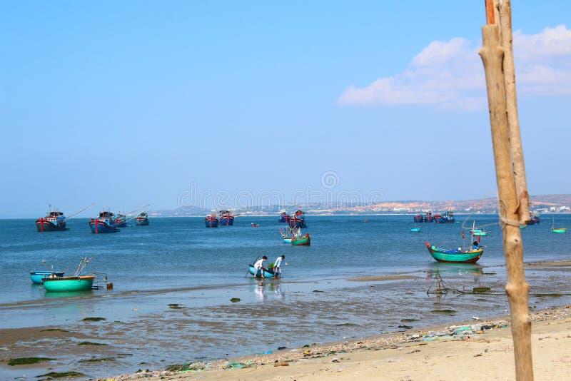 Runda blåa fiskebåtar i den frilufts- fjärden royaltyfria foton