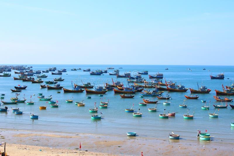 Runda blåa fiskebåtar i den frilufts- fjärden arkivbild