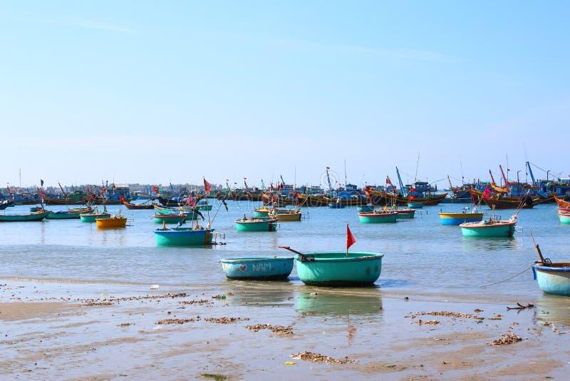Runda blåa fiskebåtar i den frilufts- fjärden arkivfoto