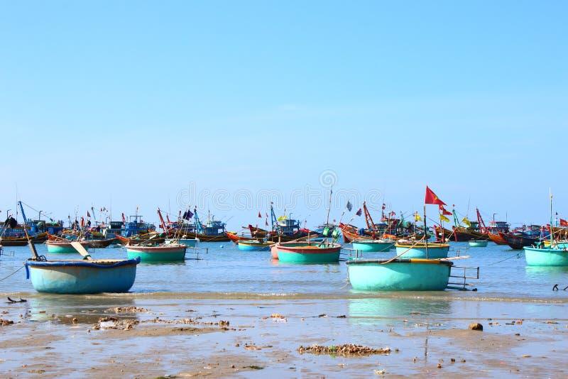 Runda blåa fiskebåtar i den frilufts- fjärden fotografering för bildbyråer