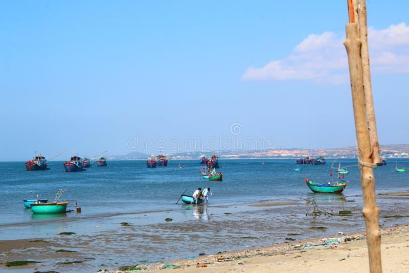 Runda blåa fiskebåtar i den frilufts- fjärden royaltyfria bilder
