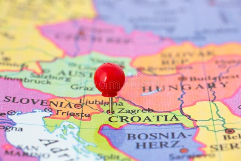 Den röda pushpinen kartlägger på av Kroatien royaltyfria foton
