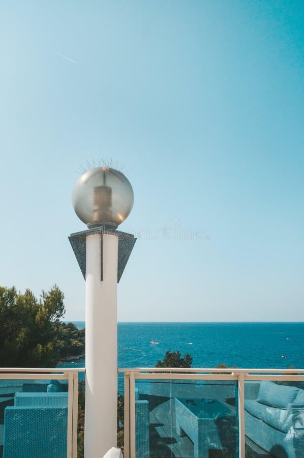Runda exponeringsglaslyktor p? bakgrunden av belysningen f?r Shoreline f?r havskust med energi-besparing lampor fotografering för bildbyråer