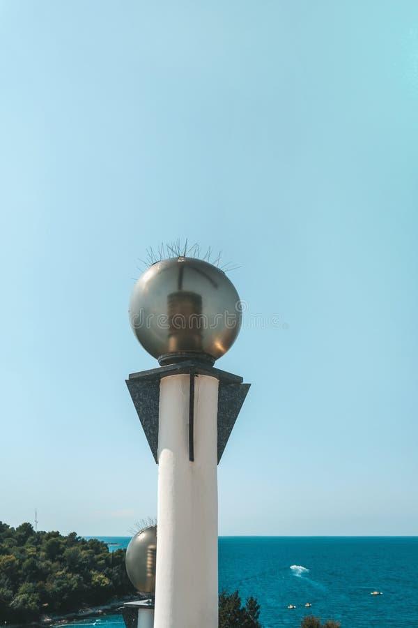 Runda exponeringsglaslyktor p? bakgrunden av belysningen f?r Shoreline f?r havskust med energi-besparing lampor royaltyfri fotografi
