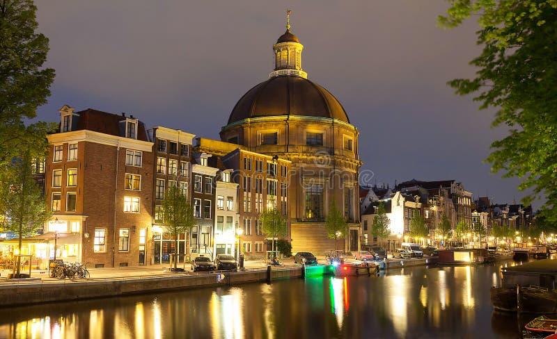 Runda Koepelkerk med kopparkupolen bredvid den Singel kanalen i Amsterdam, Nederländerna royaltyfria bilder
