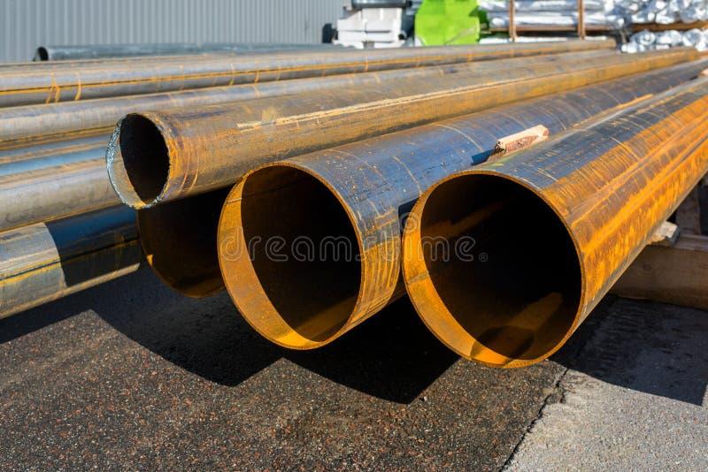 Runda metallrör på asfalt, närbild av ett snitt, fotografering för bildbyråer