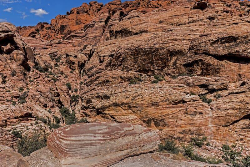 Runda stenar leder in i landskapet av rött vaggar kanjonen royaltyfri foto