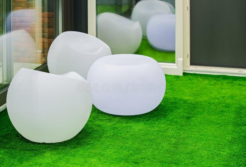 Runda vita moderna möblemangstolar Sfäriska plast-stolar i gillestuga arkivfoton