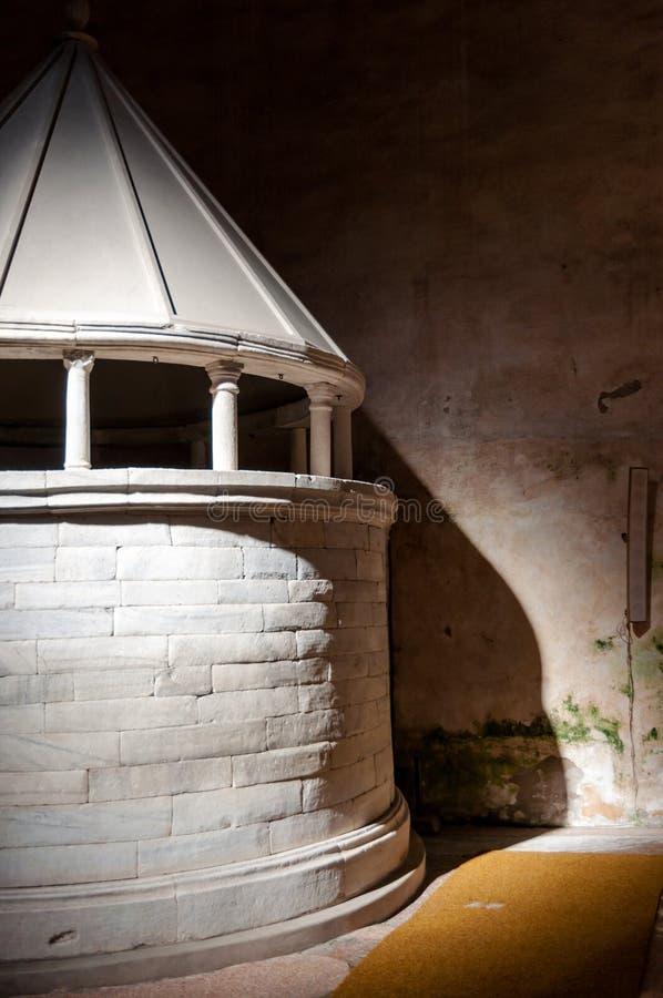 Rundad relikskrin inre Basilika di Aquileia arkivbild