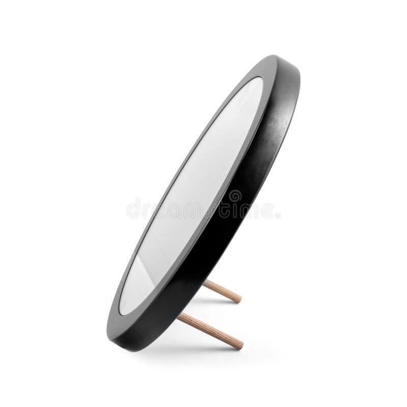 Rundad spegel i den isolerade svarta träramen - royaltyfri bild