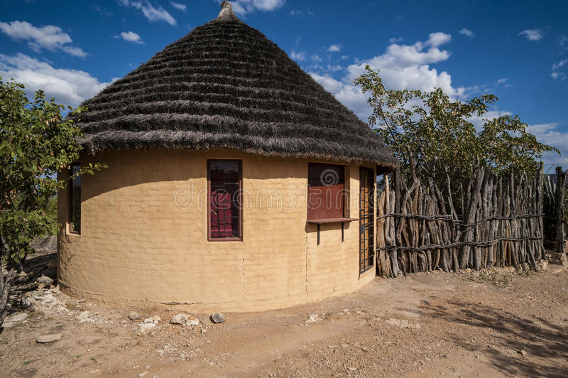 Rundakoja och trästaket, Afrika arkivbilder