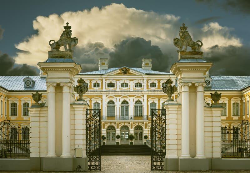 RUNDALE LETTLAND - SEPTEMBER 15, 2013: Det offentliga stats- museet - den Rundale slotten (Lettland) var etablerad vid den ryska  royaltyfri foto