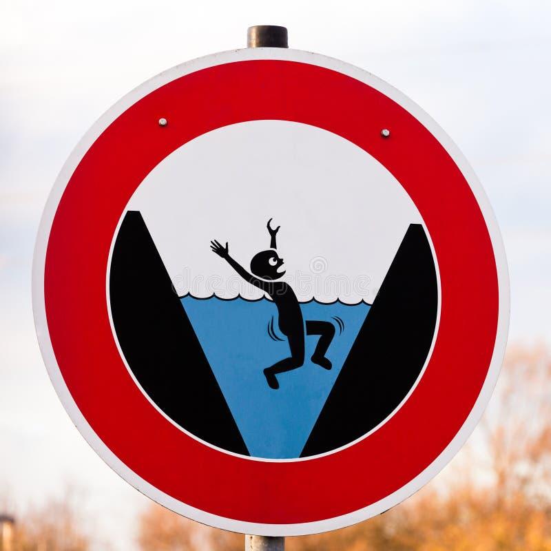 Rundan äventyrar undertecknar varning för fara av drunkning royaltyfri fotografi