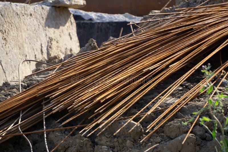 Rundan rullade stål som lagrades i lagret Planlagt för grossist, detaljhandelsrea eller för tillverkningen av delar på växten ell royaltyfria bilder